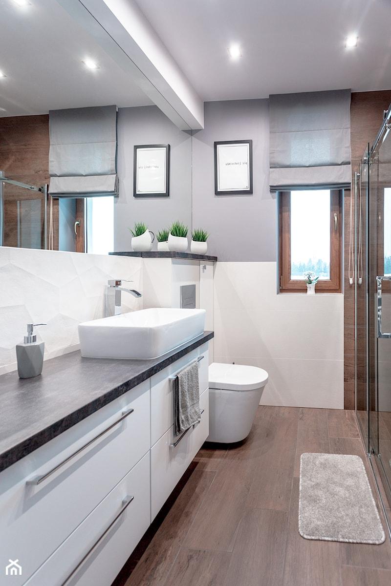 Realizacja wnętrza domu w Zalewie - Mała biała szara łazienka w bloku z oknem, styl skandynawski - zdjęcie od Wnętrzowe Love