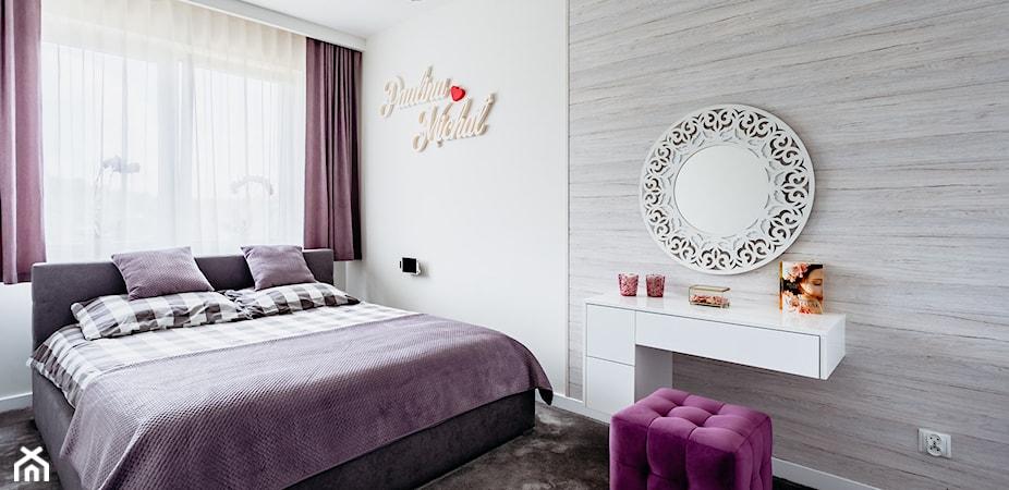 Fioletowa sypialnia – jakie kolory, meble i dodatki do niej pasują? Podpowiadamy