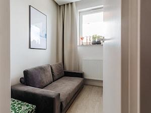 Drewno, grafit i złoto w realizacji. - Małe białe biuro kącik do pracy w pokoju, styl minimalistyczny - zdjęcie od Wnętrzowe Love
