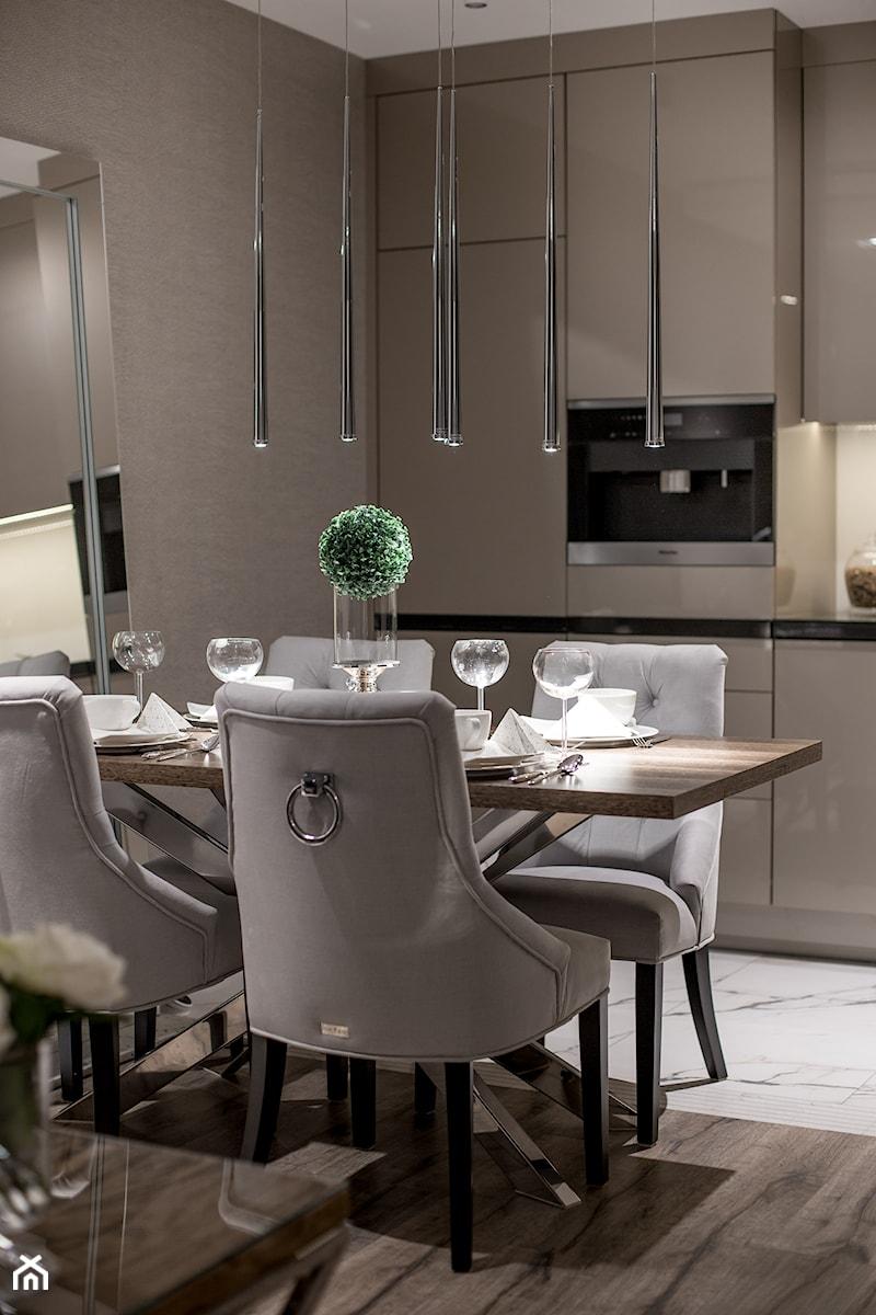 Glamour w hotelowym szyku. - Mała otwarta beżowa jadalnia w kuchni, styl glamour - zdjęcie od Wnętrzowe Love