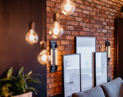 Plakaty stojące w salonie, ściana z czerwonej cegły - zdjęcie od Wnętrzowe Love - Homebook