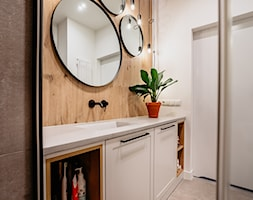 Okrągłe lustra i zabudowa z frezowanymi frontami w łazience - zdjęcie od Wnętrzowe Love - Homebook