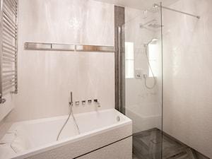 Glamour w hotelowym szyku. - Mała beżowa łazienka na poddaszu w bloku w domu jednorodzinnym bez okna, styl glamour - zdjęcie od Wnętrzowe Love