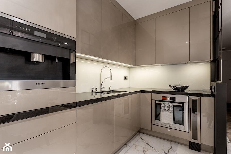 Glamour w hotelowym szyku. - Mała otwarta biała kuchnia w kształcie litery l, styl minimalistyczny - zdjęcie od Wnętrzowe Love