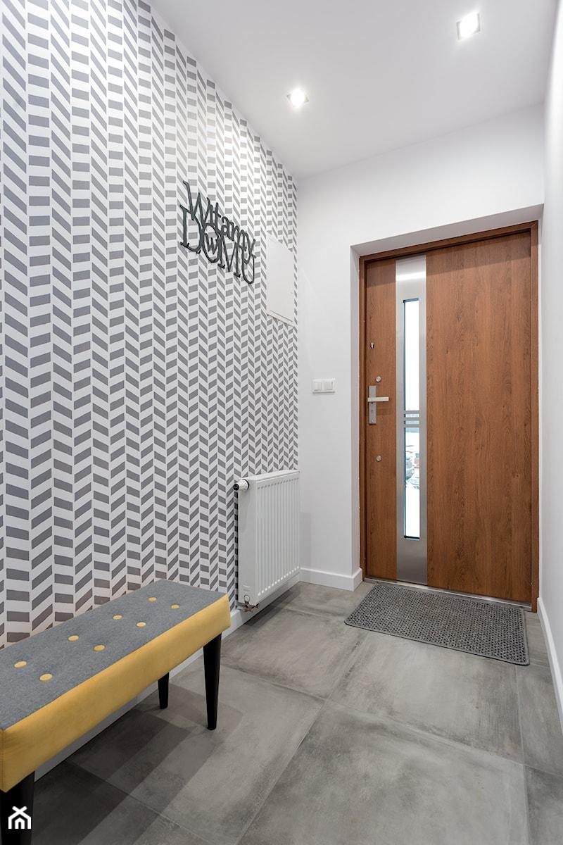 Aranżacje wnętrz - Hol / Przedpokój: Realizacja wnętrza domu w Zalewie - Mały biały szary hol / przedpokój, styl nowoczesny - Wnętrzowe Love. Przeglądaj, dodawaj i zapisuj najlepsze zdjęcia, pomysły i inspiracje designerskie. W bazie mamy już prawie milion fotografii!
