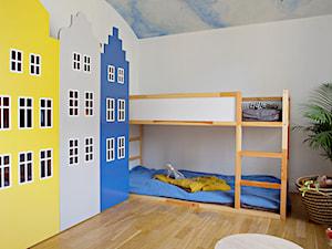 Kolorowe szafy kamieniczki - Mały biały pokój dziecka dla chłopca dla dziewczynki dla rodzeństwa dla malucha dla nastolatka, styl nowoczesny - zdjęcie od Piotr Motrenko