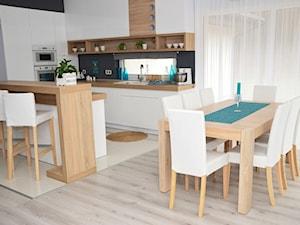 Morze szarości - Średnia otwarta biała jadalnia w kuchni, styl nowoczesny - zdjęcie od Wzorcownia