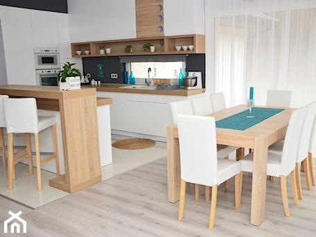 Aranżacje wnętrz - Jadalnia: Morze szarości - Średnia otwarta biała jadalnia w kuchni, styl nowoczesny - Wzorcownia. Przeglądaj, dodawaj i zapisuj najlepsze zdjęcia, pomysły i inspiracje designerskie. W bazie mamy już prawie milion fotografii!