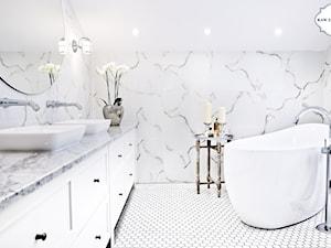 Projekt łazienki - Heksagon, duży, biały, szkliwiony - Mała biała łazienka na poddaszu w bloku w domu jednorodzinnym bez okna, styl klasyczny - zdjęcie od Raw Decor