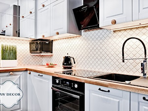 Aranżacja mozaiki w kuchni - Arabeska kremowa szkliwiona - Mała zamknięta kuchnia w kształcie litery l - zdjęcie od Raw Decor