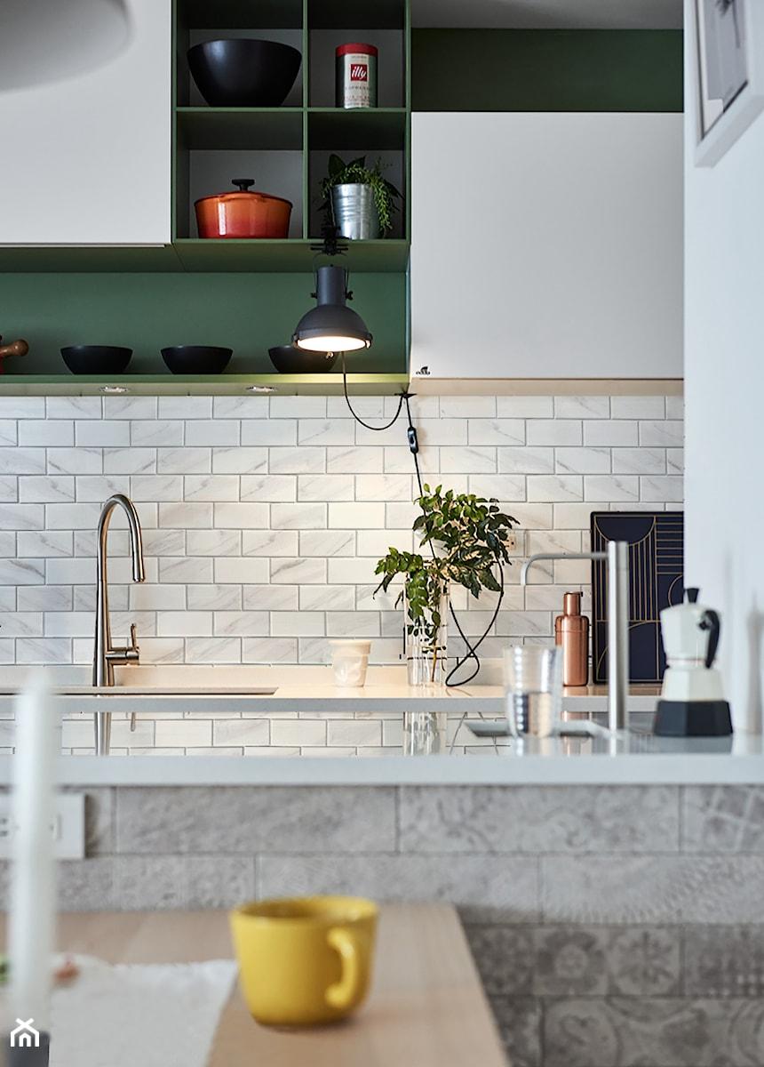 Mała otwarta szara kuchnia dwurzędowa, styl eklektyczny - zdjęcie od Raw Decor