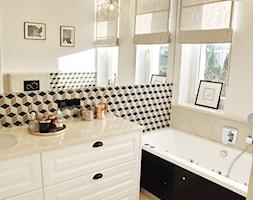 Średnia beżowa łazienka w bloku w domu jednorodzinnym z oknem, styl tradycyjny - zdjęcie od Raw Decor