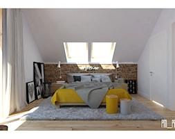 Dom w lesie:) - Średnia biała czerwona sypialnia małżeńska na poddaszu, styl skandynawski - zdjęcie od P&M_Pracownia