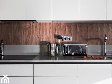 Aranżacje wnętrz - Kuchnia: KASZMIR MAT/ORZECH AMERYKAŃSKI - MOCHO. studio Monika Machowska. Przeglądaj, dodawaj i zapisuj najlepsze zdjęcia, pomysły i inspiracje designerskie. W bazie mamy już prawie milion fotografii!