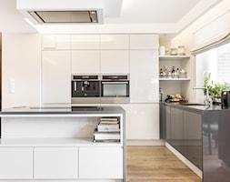 KUCHNIA HOSSA SOKÓŁKA ZIELENISZ - Duża otwarta beżowa kuchnia w kształcie litery l z wyspą z oknem, ... - zdjęcie od MOCHO. studio Monika Machowska - Homebook