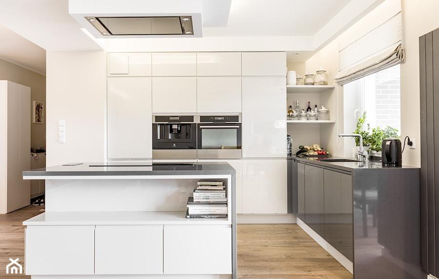 KUCHNIA HOSSA SOKÓŁKA ZIELENISZ - Duża otwarta beżowa kuchnia w kształcie litery l z wyspą z oknem, styl nowoczesny - zdjęcie od MOCHO. studio Monika Machowska