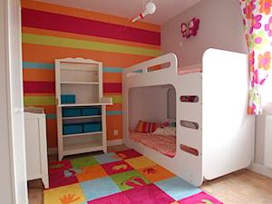 Pokój dziewczynek - Średni szary niebieski zielony czerwony pomarańczowy kolorowy pokój dziecka dla rodzeństwa dla niemowlaka dla malucha, styl nowoczesny - zdjęcie od STUDIO del arte
