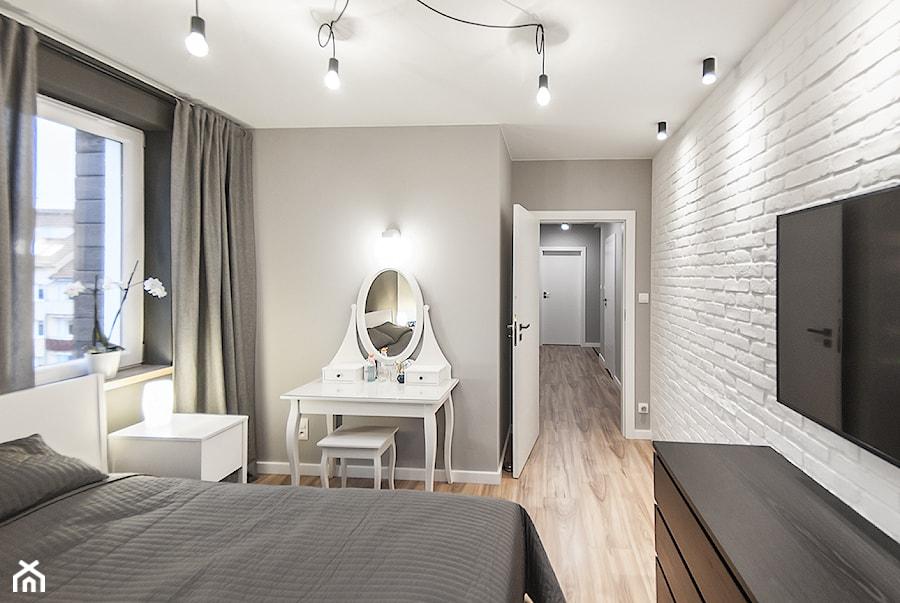 M6 - Duża biała szara sypialnia małżeńska, styl nowoczesny - zdjęcie od TB