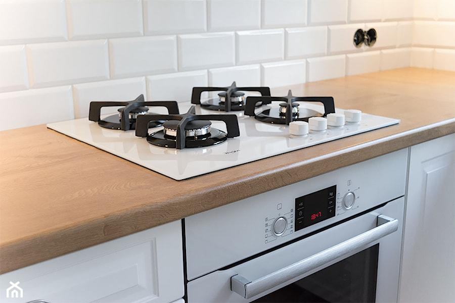Biała szklana płyta gazowa w komplecie z piekarnikiem  zdjęcie od Komodo -> Kuchnia Indukcyjno Gazowa Do Zabudowy