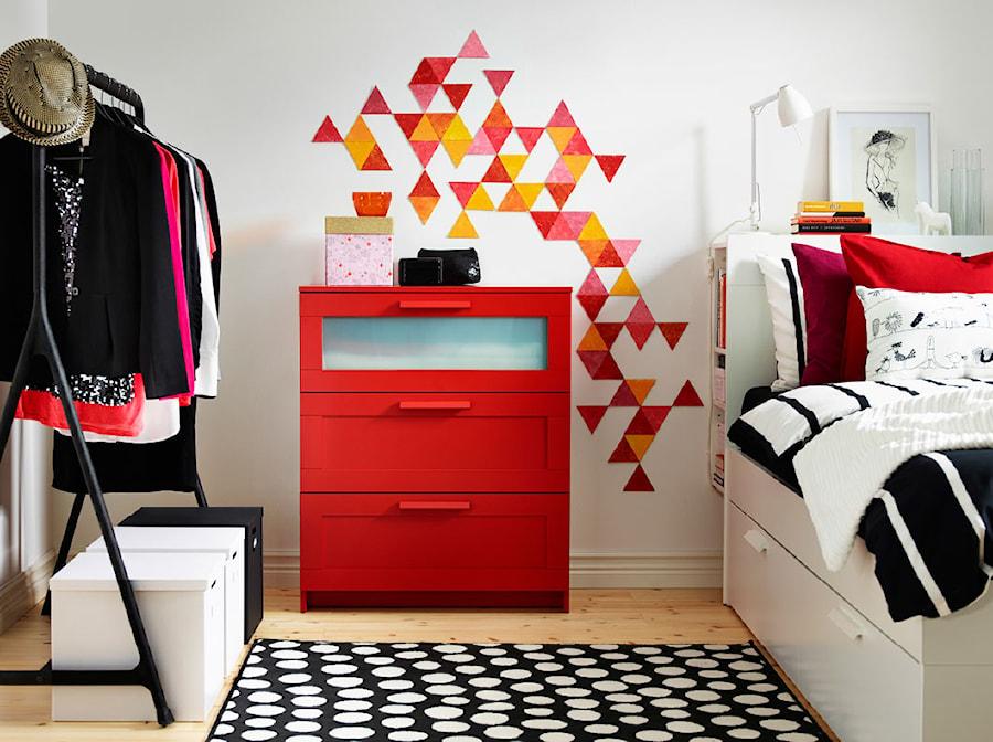 Sypialnia IKEA - Mała średnia biała sypialnia małżeńska - zdjęcie od IKEA