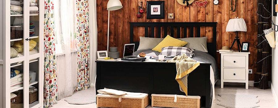 Aranżacje wnętrz - Sypialnia: Sypialnia IKEA - Średnia biała brązowa sypialnia małżeńska - IKEA. Przeglądaj, dodawaj i zapisuj najlepsze zdjęcia, pomysły i inspiracje designerskie. W bazie mamy już prawie milion fotografii!