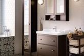 łazienka z ciemnymi meblami ikea
