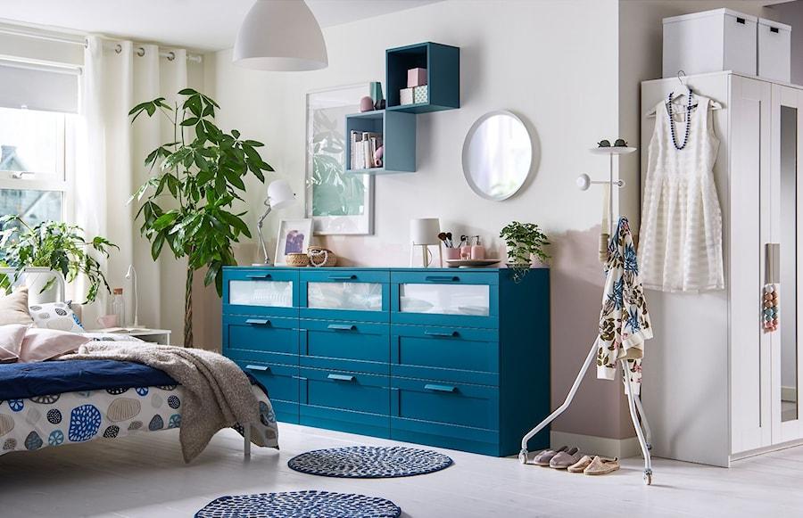 Sypialnia IKEA - Duża biała sypialnia małżeńska, styl skandynawski - zdjęcie od IKEA