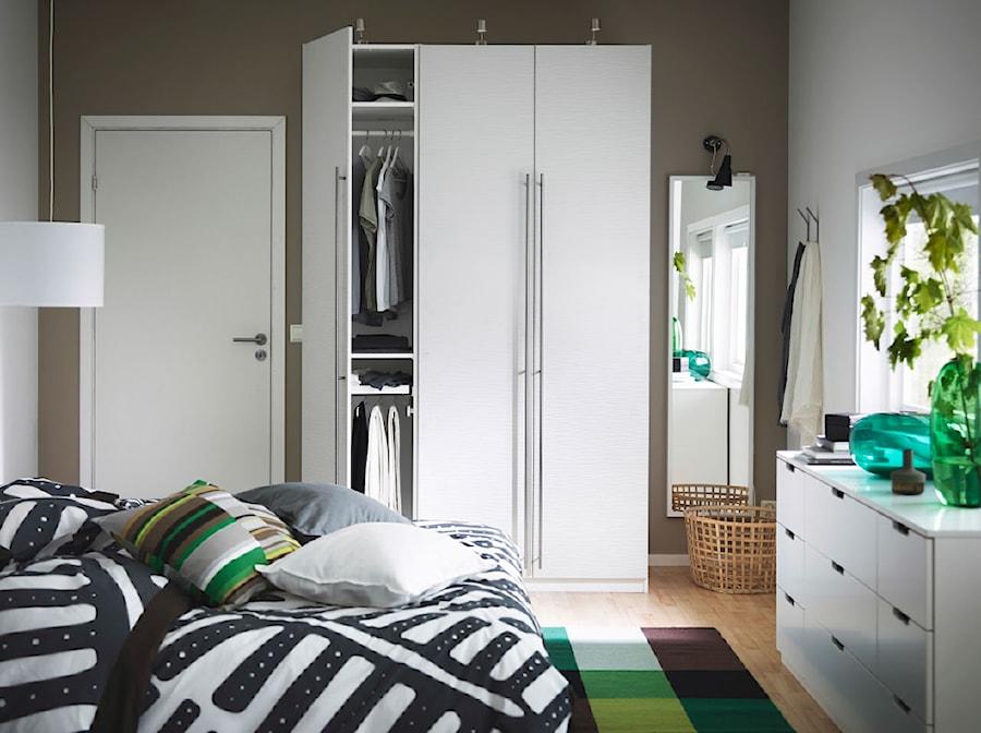 Sypialnia IKEA - Średnia biała brązowa sypialnia małżeńska - zdjęcie od IKEA