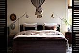 metalowa lampa podłogowa, szary baldachim, białe poduszki
