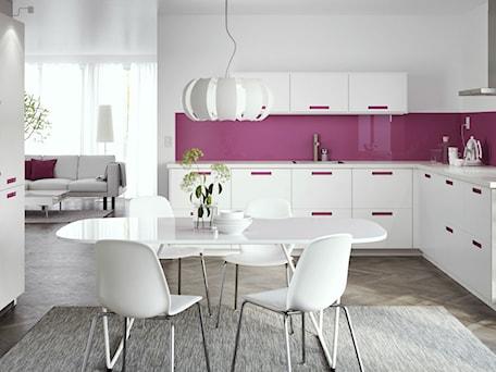 Kuchnia IKEA - Średnia otwarta biała różowa kuchnia w kształcie litery l dwurzędowa w aneksie z oknem - zdjęcie od IKEA