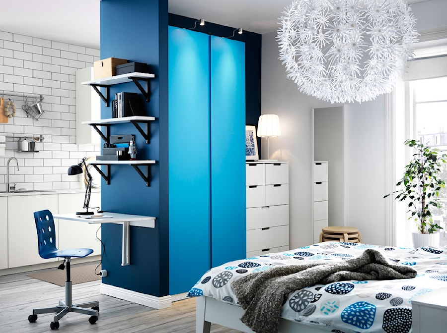 Sypialnia IKEA - Mała biała niebieska sypialnia małżeńska z balkonem / tarasem - zdjęcie od IKEA