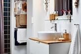 biała łazienka z drewnianym blatem ikea