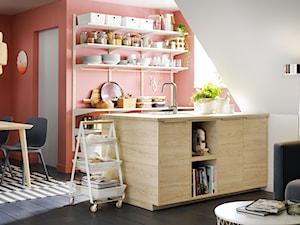 Mała kuchnia - Mała otwarta biała różowa kuchnia dwurzędowa w aneksie z oknem - zdjęcie od IKEA