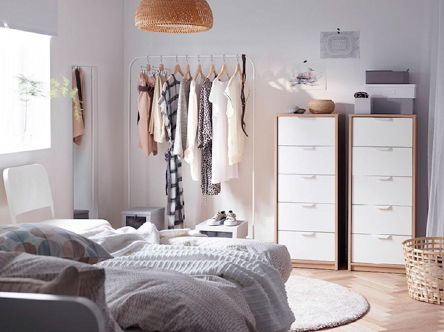 Aranżacje wnętrz - Sypialnia: Sypialnia IKEA - Mała szara sypialnia dla gości - IKEA. Przeglądaj, dodawaj i zapisuj najlepsze zdjęcia, pomysły i inspiracje designerskie. W bazie mamy już prawie milion fotografii!