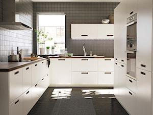 Kuchnia IKEA - Średnia zamknięta czarna kuchnia w kształcie litery l z oknem, styl nowoczesny - zdjęcie od IKEA