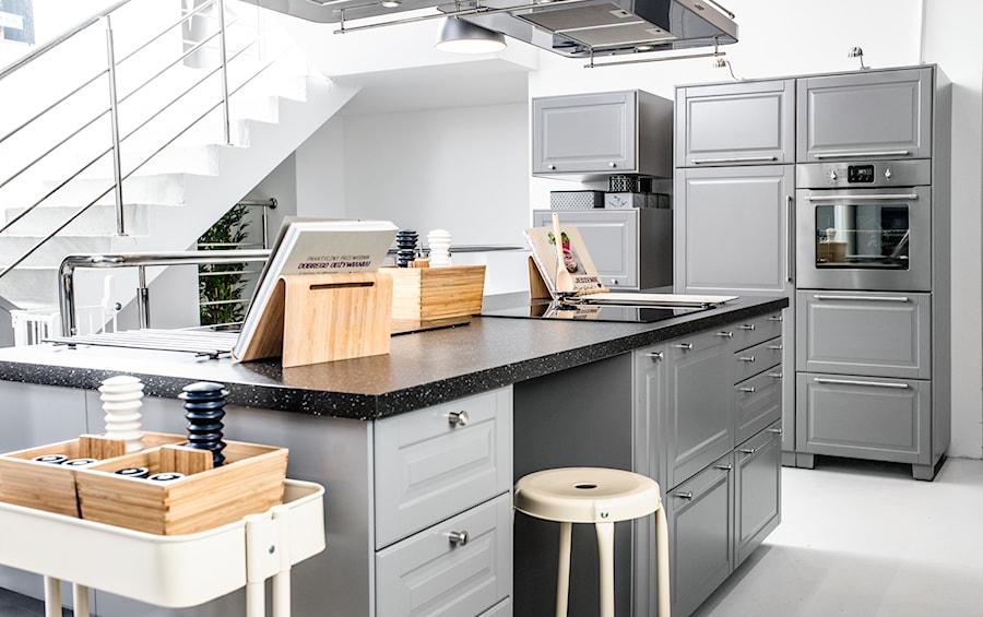 Kuchnia spotkań IKEA  Duża otwarta kuchnia z wyspą, styl skandynawski  zdję