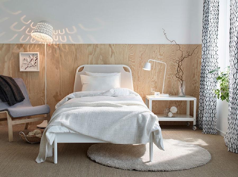 Sypialnia IKEA - Średnia biała brązowa sypialnia dla gości, styl skandynawski - zdjęcie od IKEA