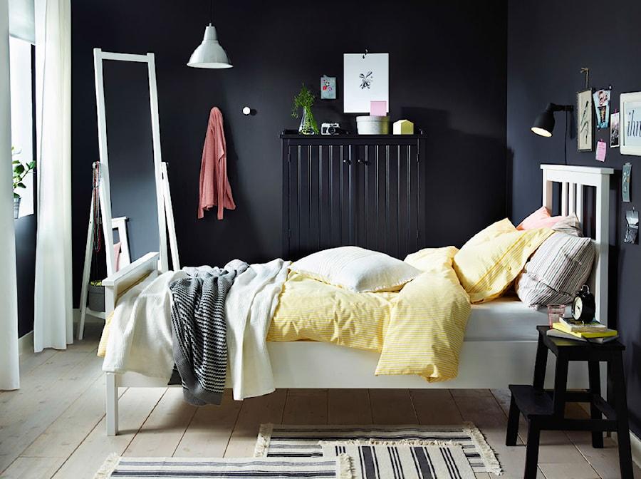 Sypialnia IKEA - Mała czarna sypialnia, styl skandynawski - zdjęcie od IKEA
