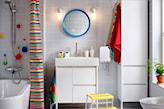 jasna łazienka z kolorową zasłoną prysznicową ikea