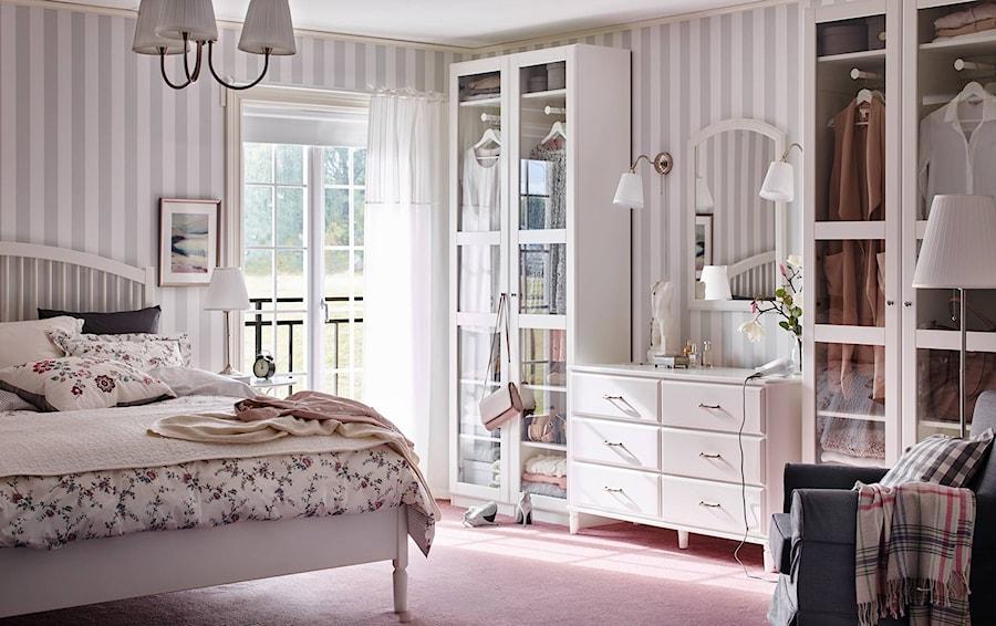 Aranżacje wnętrz - Sypialnia: Sypialnia IKEA - Średnia sypialnia małżeńska z balkonem / tarasem - IKEA. Przeglądaj, dodawaj i zapisuj najlepsze zdjęcia, pomysły i inspiracje designerskie. W bazie mamy już prawie milion fotografii!