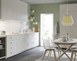 Kuchnia IKEA - Średnia otwarta biała zielona kuchnia jednorzędowa w aneksie z oknem - zdjęcie od IKEA