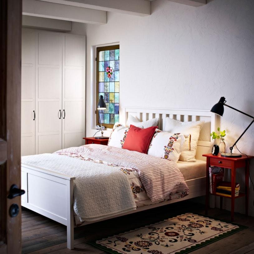 Sypialnia IKEA - Mała biała szara sypialnia małżeńska, styl rustykalny - zdjęcie od IKEA