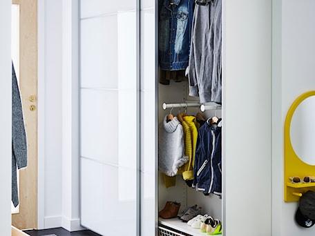 Aranżacje wnętrz - Hol / Przedpokój: Garderoba IKEA - Średni biały hol / przedpokój - IKEA. Przeglądaj, dodawaj i zapisuj najlepsze zdjęcia, pomysły i inspiracje designerskie. W bazie mamy już prawie milion fotografii!