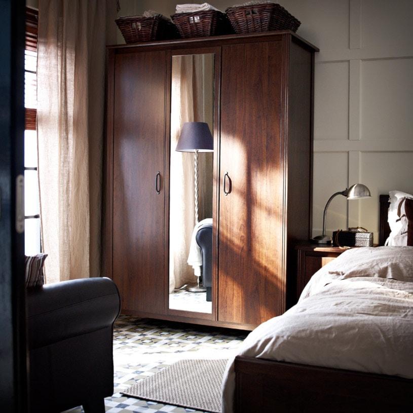 Sypialnia IKEA - Mała beżowa sypialnia małżeńska - zdjęcie od IKEA