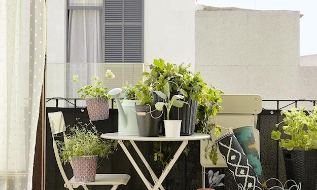metalowe meble na balkon, białe krzesło metalowe, biały stolik na balkon