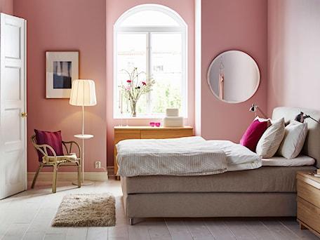 Aranżacje wnętrz - Sypialnia: Sypialnia IKEA - Średnia różowa sypialnia małżeńska, styl vintage - IKEA. Przeglądaj, dodawaj i zapisuj najlepsze zdjęcia, pomysły i inspiracje designerskie. W bazie mamy już prawie milion fotografii!