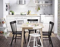 Jadalnia IKEA - Mała otwarta biała szara jadalnia w kuchni, styl skandynawski - zdjęcie od IKEA