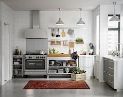 Kuchnia na wymiar - Duża otwarta biała kuchnia w kształcie litery u w aneksie z oknem, styl skandynawski - zdjęcie od IKEA