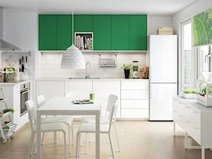 Kuchnia IKEA - Średnia zamknięta biała kuchnia w kształcie litery l z oknem - zdjęcie od IKEA
