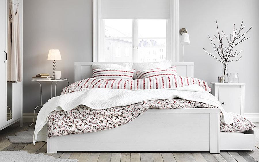 Aranżacje wnętrz - Sypialnia: Sypialnia IKEA - Średnia szara sypialnia małżeńska, styl skandynawski - IKEA. Przeglądaj, dodawaj i zapisuj najlepsze zdjęcia, pomysły i inspiracje designerskie. W bazie mamy już prawie milion fotografii!